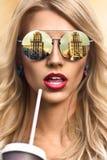 Chłodno modniś dziewczyna jest ubranym eyewear szkła szczęśliwy ja target448_0_ Zdjęcie Royalty Free