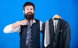 Chłodno mody akcesorium jego zespół Biznesmena dopasowywania krawat jego chłodno spojrzenie Brodaty mężczyzna trzyma chłodno z kl zdjęcia stock