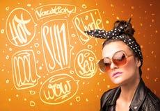 Chłodno nastolatek z lata słońca szkłami i urlopową typografią obrazy royalty free