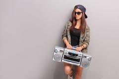 Chłodno nastoletnia dziewczyna trzyma radio w hip hop stroju fotografia royalty free