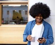 Chłodno nowożytnego faceta trwanie outside używać telefon komórkowego Zdjęcie Royalty Free