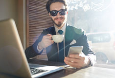 Chłodno Nowożytny biznesmen Pracuje w kawiarni Obraz Royalty Free