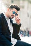 Chłodno przystojny moda młody człowiek Elegancki mężczyzna w mieście zdjęcia royalty free
