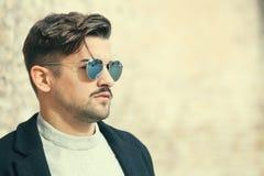 Chłodno przystojny moda młody człowiek Z okulary przeciwsłoneczne elegancki mężczyzna obraz stock