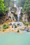 Chłodno siklawa w gorącym dniu w lesie w Laos Zdjęcia Royalty Free