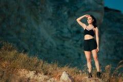 Chłodno Sportive kobieta Jest ubranym sporty Bustier, skróty i okulary przeciwsłoneczni, Fotografia Royalty Free