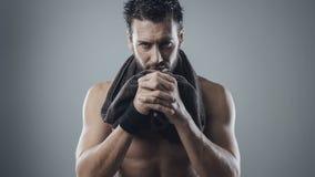 Chłodno sportowy mężczyzna pozuje z ręcznikiem obrazy royalty free
