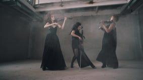 Chłodno tercet kobiet skrzypaczki bawić się w dymiącym pokoju Wielki wyst?p zdjęcie wideo