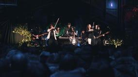 Chłodno utwór instrumentalny skały zespół wykonuje na scenie w ogródzie botanicznym Chłodno całkowita plan kamera w ruchu zbiory