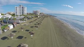 Chłodno widok na pustej plaży z palmami w Larnaka mieście, Cypr, antena strzał zdjęcie wideo