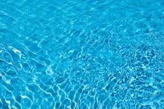 Chłodno zapraszająca iskrzasta błękitne wody Fotografia Royalty Free