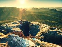 Chłodny jesienny mgłowy pogodowy bellow szczyt Odsłonięte skały fotografia royalty free