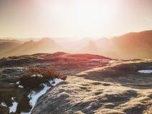 Chłodny jesienny mgłowy pogodowy bellow szczyt Odsłonięte skały obraz royalty free