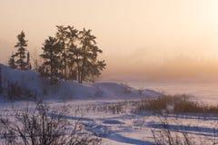 Chłodny zimy wschód słońca przy Ramowym jeziorem, Yellowknife obrazy stock