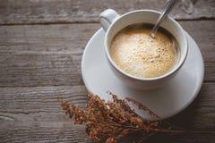 Chłodzi, Relaksuje z Gorącą kawą i Suszy kwiatu na stary drewnianym wewnątrz Fotografia Royalty Free