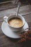 Chłodzi, Relaksuje z Gorącą kawą i Suszy kwiatu na stary drewnianym wewnątrz Zdjęcia Royalty Free