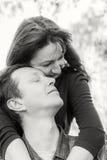 chłopak dziewczyny całowania ogrodowa story czarny white obraz royalty free