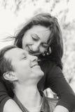 chłopak dziewczyny całowania ogrodowa story czarny white zdjęcie stock