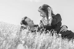 chłopak dziewczyny całowania ogrodowa story czarny white fotografia stock