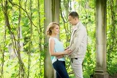 chłopak dziewczyny całowania ogrodowa story Romantyczna para w związku w parku, ogród Jesień Zdjęcia Stock