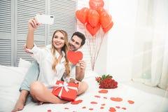 Chłopak i dziewczyna bierze selfie fotografia stock