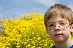 chłopak kwitnie szklankę żółty young Zdjęcia Royalty Free