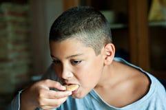 chłopak ma śniadanie zdjęcie stock
