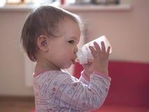 chłopak pije małą wodę Zdjęcia Royalty Free