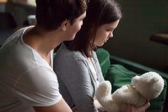 Chłopak przeprasza obrażającej dziewczyny przedstawia misia obraz royalty free