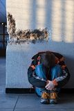 chłopak sam miasta podłogi siedząc nastolatki obrazy stock