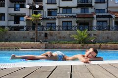 chłopak się krawędzi basen opływa fotografia royalty free
