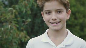 chłopak trochę się uśmiecha zdjęcie wideo