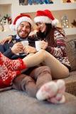 Chłopak z dziewczyną pije herbaty na bożych narodzeniach obraz royalty free