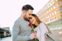 Chłopak zaskakiwał jego dziewczyny z wzrastał fotografia royalty free