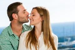 Chłopaka całowania dziewczyna na nosie. Zdjęcia Stock