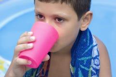 chłopcy drinka soku słodkie młode zdjęcie stock