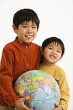 chłopcy globe gospodarstwa zdjęcie royalty free