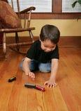 chłopcy grają pociągi młodych Obraz Royalty Free