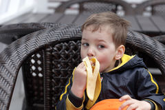 chłopcy jeść bananów Zdjęcie Royalty Free