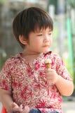 chłopcy jeść kremowy lodu Obrazy Royalty Free