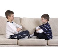 chłopcy kanapa się inne młode oknem obraz royalty free