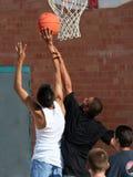 chłopcy koszykowy dosięgnąć Obrazy Royalty Free