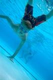 chłopcy pływać pod wodą Obrazy Royalty Free