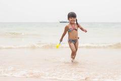 chłopcy plażowej dziecko zabawy mała gra wody morskiej Obrazy Royalty Free