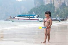 chłopcy plażowej dziecko zabawy mała gra wody morskiej Zdjęcia Stock