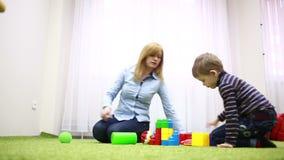 chłopcy stretch zbiornik skupić się plaing zabawka strony kobiet young zdjęcie wideo