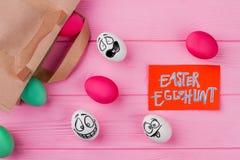 chłopcy tła Wielkanoc jajka miłych jaj trawy zielone świeżego ukryte hunt wyizolował poszukiwania white zdjęcie stock