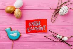 chłopcy tła Wielkanoc jajka miłych jaj trawy zielone świeżego ukryte hunt wyizolował poszukiwania white zdjęcie royalty free