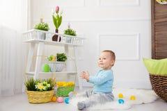 chłopcy tła Wielkanoc jajka miłych jaj trawy zielone świeżego ukryte hunt wyizolował poszukiwania white Uroczy dziecko bawić się  Obrazy Royalty Free