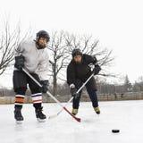 chłopcy w hokeja na lodzie grać obraz stock